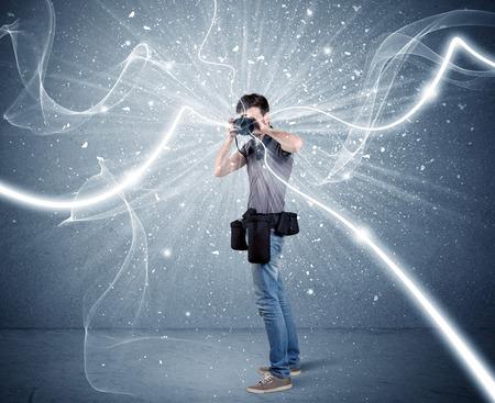 amateur: Un joven fot�grafo aficionado con equipos de fotograf�a profesional que toma el cuadro en frente de la pared azul con l�neas blancas din�mico concepto de ilustraci�n