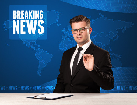 Television presenter in front telling breaking news with blue modern background concept Foto de archivo