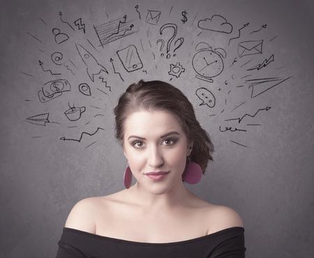 vida social: Una chica de cabello casta�o oscuro bastante adolescente con pensamientos en la cabeza ilustrado por el signo de interrogaci�n, cohete, dinero, caf�, reloj, correo electr�nico, iconos de la vida social, dibuja en el concepto de la pared de fondo.