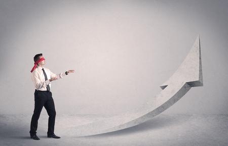 ojos vendados: Un hombre de negocios con los ojos vendados miedo obligada a enfrentarse a un concepto problema con la flecha pointng ilustrado hacia el cielo en el espacio vac�o. Foto de archivo