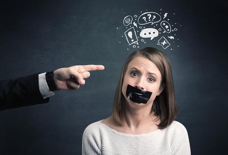 pointage caucasien main d'affaires au salarié féminin souligné à la question dessinée, les marques de explamation dessus de sa tête