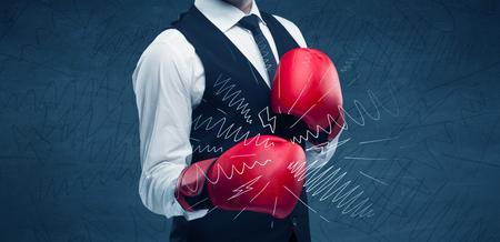 Een zelfverzekerde zakenman staat in rode bokshandschoenen op zijn hand voor blauwe muur achtergrond met getekende sterkte lijnen illustratie concept.