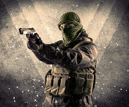 Portret van een gevaarlijke gemaskerde gewapende soldaat met grungy lichte achtergrond