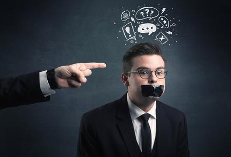 Kaukasische het bedrijfsleven de hand wijzend naar benadrukte mannelijke werknemer met getrokken vraag, explamation merken, besprekingsbel boven zijn hoofd