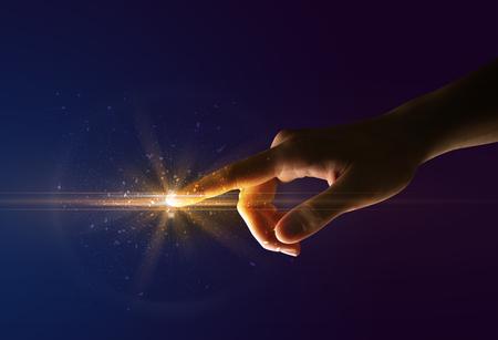 Vrouwelijke vinger die een lichtstraal aanraakt Stockfoto