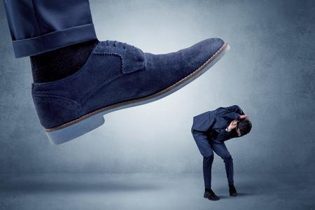 큰 두 발을 두려워하는 작은 남자를 부수기 위해 노력하고있다.