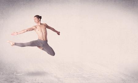 Bailarín de ballet moderno de salto arte escénico con copia espacio vacío de fondo