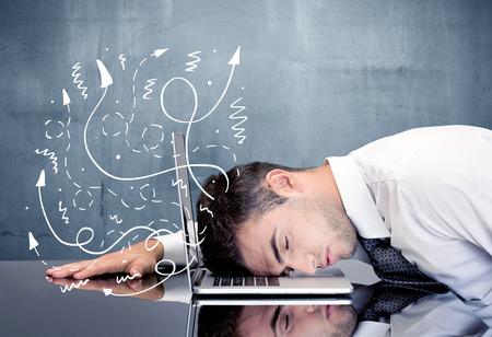 Ein deprimierter Geschäftsmann, der seinen Kopf auf einer Tastatur stillsteht und mit Illustration von Ideen, Pfeile, Linien verlässt sein Hauptkonzept lächelt Standard-Bild