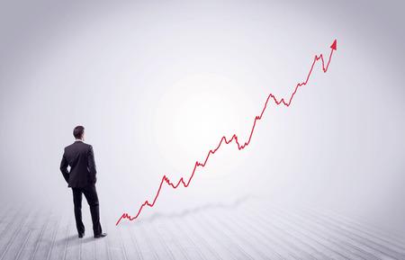 空間概念の成長グラフを見て彼の後ろで立っているエレガントなビジネス人