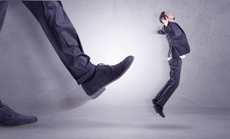 Deportiert vom Arbeitsplatz, großer Fuß Kicking kleine Geschäftsmann fliegen weg Standard-Bild - 83470231
