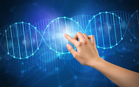 Vrouwelijke hand aanraken van DNA-molecuul met blauwe achtergrond