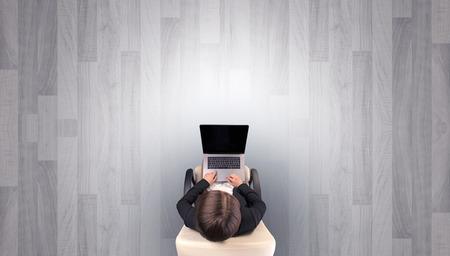 椅子と彼女の手のデバイスで女性と空のオフィス