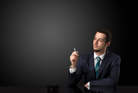 Homme d & # 39 ; affaires tenant cigarette dans sa main et portant le costume Banque d'images - 90326754