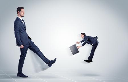 若いビジネスマンは、白い背景を持つ彼の上司に残酷で攻撃的な発砲した 写真素材