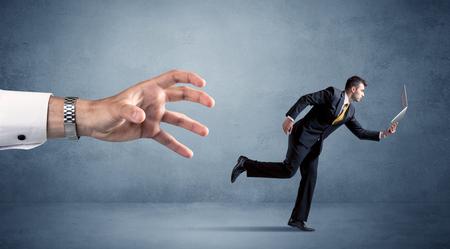 Jonge miniatuur zakenman die loopt van een grote hand Stockfoto - 89939158