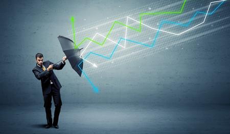 Uomo d'affari con l'ombrello e concetto variopinto delle frecce del mercato azionario