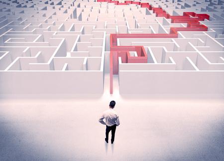 Ein Geschäftsmann in der Klage , die Daumen nach oben in der Labyrinth mit roter Linie zeigt , zeigt den Ausweg heraus Standard-Bild - 94812497