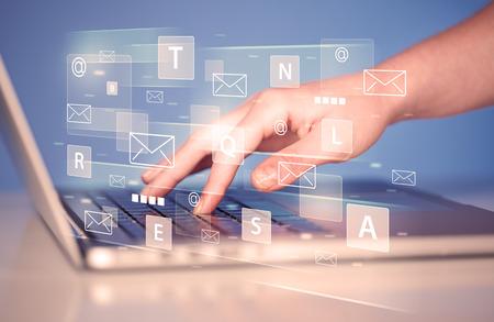 Übergeben Sie das Schreiben auf Tastatur mit digitalen Technologieikonen und -symbolen Standard-Bild