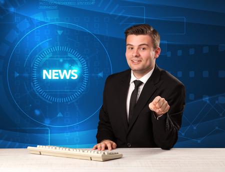Presentatore televisivo moderno che dice le notizie con il concetto del fondo di tehnology Archivio Fotografico