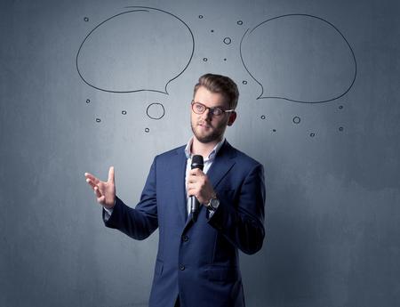 Imprenditore tenendo il microfono