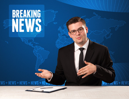Television presenter in front telling breaking news with blue modern background Banque d'images