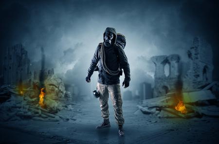 Después de la catástrofe, los hombres vienen con máscara de gas y armas.