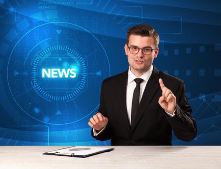 presentador de televisión moderna que controla las noticias con el fondo tehnology Foto de archivo