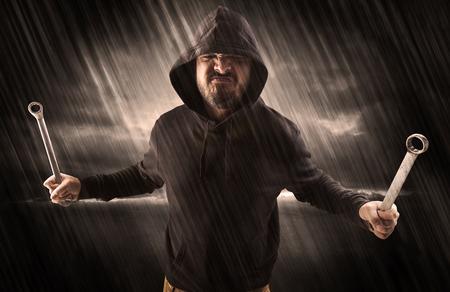 Cazador furtivo en misterioso concepto de clima lluvioso Foto de archivo
