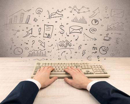 Mano de empresario elegante escribiendo con concepto de informe y gráfico de doodle Foto de archivo