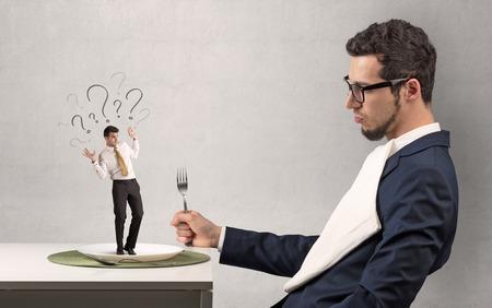 Enorme empresario guting pequeño empresario