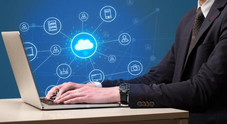 Digitazione a mano con il concetto di sistema di tecnologia cloud