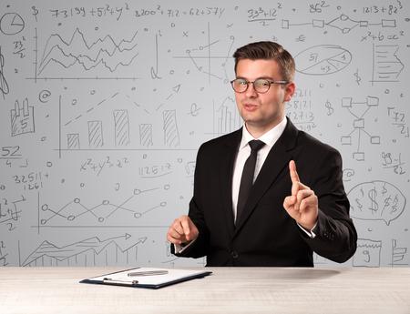 Geschäftsmann sitzt an einem Schreibtisch Standard-Bild