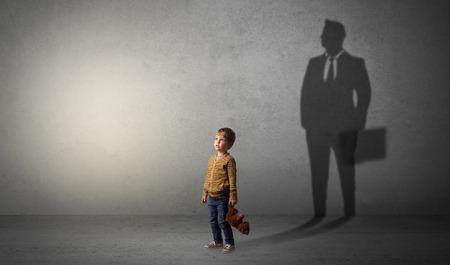 Petit garçon, à, homme affaires, ombre