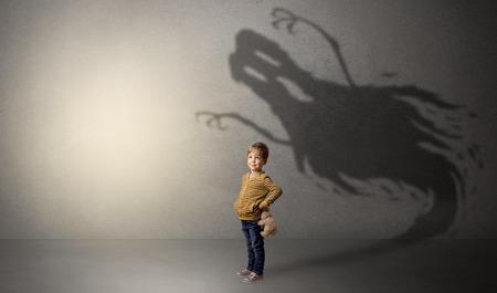 Ombre fantôme effrayante derrière l'enfant Banque d'images