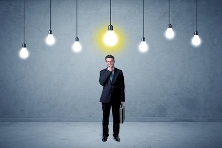 Homme affaires, debout, sans inspiration, ampoules, au-dessus Banque d'images