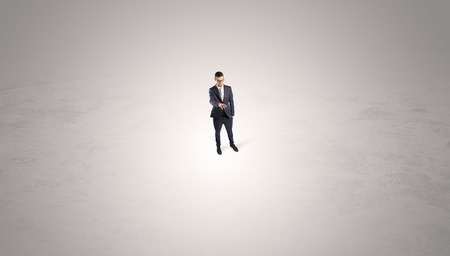 Businessman standing in the middle of an empty space Banque d'images - 112459678