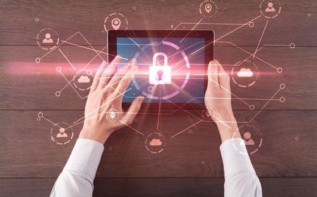 Mano facendo uso della compressa con il concetto di sistema di sicurezza della rete e archiviazione online