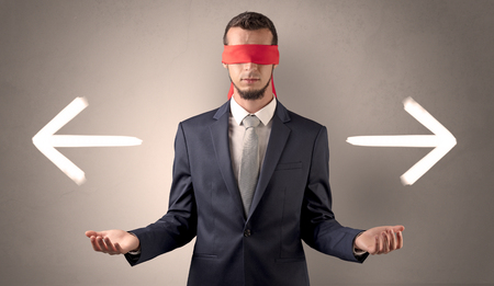 Homme d'affaires oeil couvert choisissant la direction