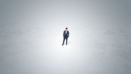 Businessman standing in the middle of an empty space Banque d'images - 114731669