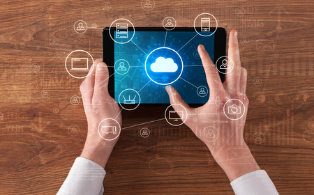Hand using tablet with centralized cloud computing system concept 版權商用圖片 - 115946705