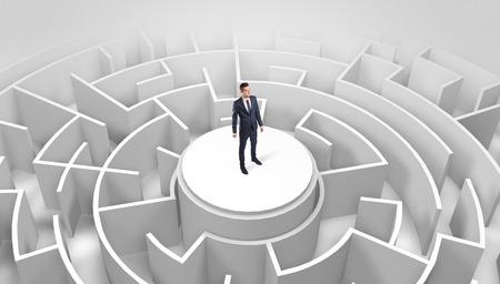 Geschäftsmann, der oben auf einem Labyrinth steht
