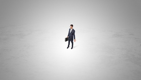 Businessman standing in the middle of an empty space Banque d'images - 117295328