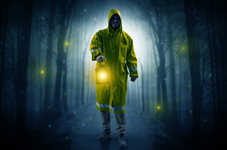 Mysterious man coming from a path in the forest with glowing lantern concept Imagens - 118231138