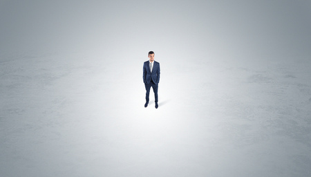 Businessman standing in the middle of an empty space Banque d'images - 118480995