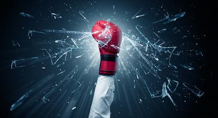 Une grosse main frappe intensément et casse des verres Banque d'images