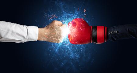 Deux mains combattant avec le concept de lumière, de lueur, d'étincelle et de fumée