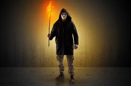 Homme effrayant laid avec flambeau brûlant marchant dans un espace vide