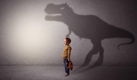 Ich träume von einem Dinosaurierkonzept mit einem süßen kleinen Jungen in einem leeren Raum