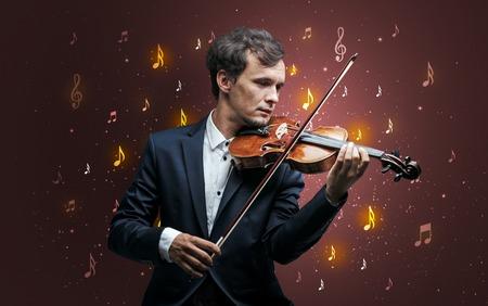 Junger Geiger mit fallender Musiknotentapete und klassischem Konzept Standard-Bild