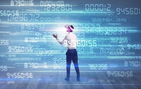 Geschäftsmann in VR-Brille mit variablen, sich schnell ändernden Zahlen herum Standard-Bild